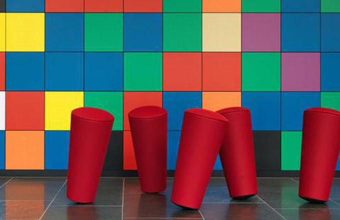 Přineste si na schůzku barevnou židli
