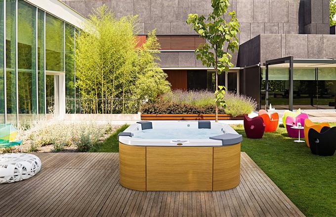 Letní relaxace mezi vanou a bazénem