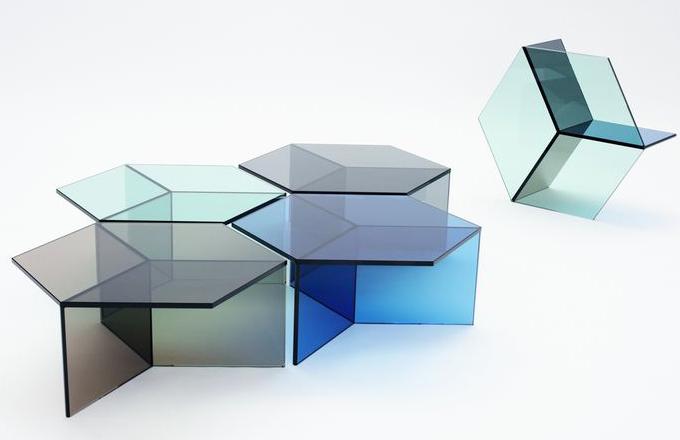 Skleněný stůl Isom svádí k optické iluzi