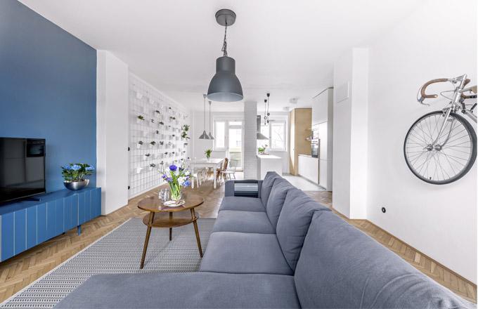 Zrekonstruovaný byt s jízdním kolem na zdi