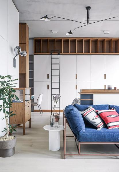 Nábytek na míru je tím nejefektivnějším řešením nejen v malých bytech. Skříně od podlahy ke stropu zaručí dostatek úložného prostoru, převaha bílé plochy interiéru dodává žádoucí světlo