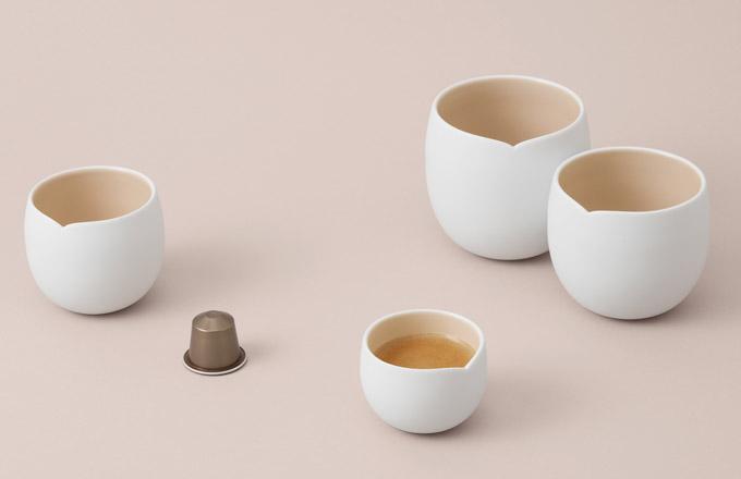 Kávy Variations se zaměřují na tradiční chutě pařížských patisseries, jako jsou makronky a pralinky. Nikdo nedokáže jejich ikonickou řemeslnou dovednost zachytit tak jako India Mahdavi, která navrhla balení řady Variations i příslušenství Les Collections, výlohy vybraných butiků a celou komunikační kampaň.
