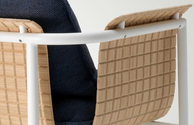 """Nejnovější kolekce italského výrobce se točí kolem inovativní """"dřevěné tkaniny"""" představující významný krok vpřed v oblasti exteriérového designu. Prvním nábytkem, který ji využívá, je Re-Wood (Emu) zahrnující židle, křesla a sofa. Hliníkovou základnu pokrývá měkká skořepina z bambusového vlákna, která spojuje pevnost bambusu a tvarovou přizpůsobivost textilu. Design Sandro Meneghello a Marco Paolelli. WWW.LINO.CZ"""