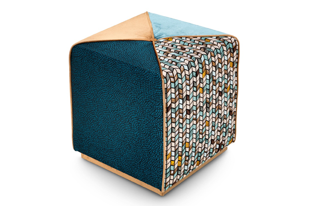 Značka Sicis patří kpředním výrobcům luxusních mozaik, ato zejména skleněných amramorových se zaměřením naumělecké obrazové kompozice.  Poslední roky se orientuje také navýrobu solitérního nábytku ajednou zposledních novinek je kolekce pufů Chameleon Ottoman oddesignéra Massimiliana Raggiho, které jsou čalouněné látkami zkolekce Sicis Tessere.