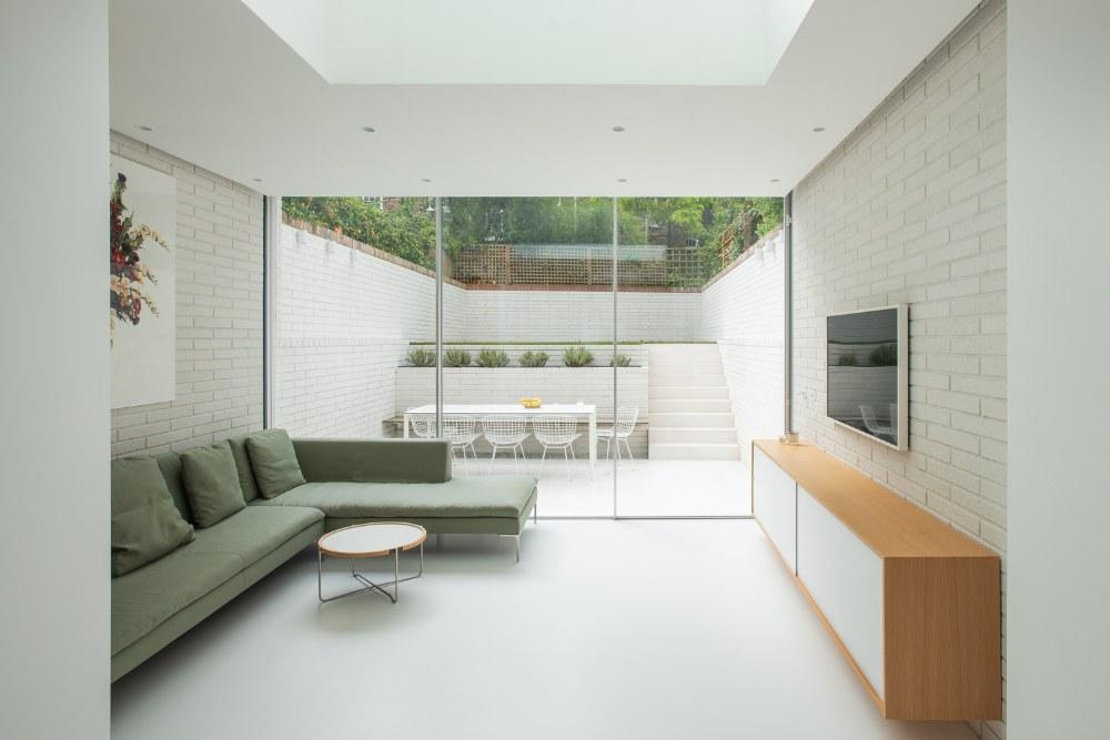 Architekti ze studia Moxon Architects zrekonstruovali viktoriánský řadový dům vLondýně, vměstské části Islington.